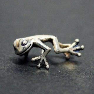 耳にしがみつく小さいカエルがリアルで可愛い「FROG PIERCE」6