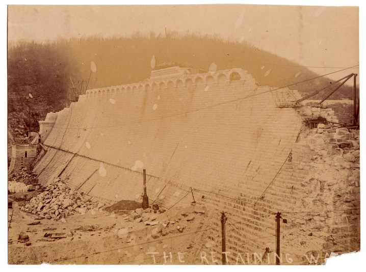This photo of the face of the dam is mislabelled. The retaining wall, built to divert the Croton River during excavation, had been removed by the time these photos were taken.