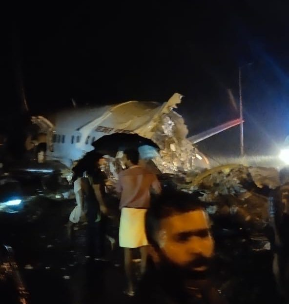 Air India Express plane breaks up on landing, 18 Dead (Pictures and Videos)