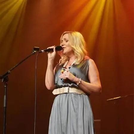 5DD448 - Della-Harris-live-onstage-at-the-Capitol-Theatre-in-Tamworth-2