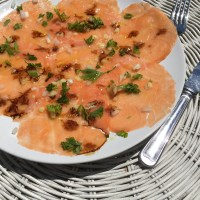 Receita. Carpaccio de salmão, salsa, gengibre e molho de soja