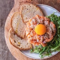 Tártaro de salmão com alho francês. Receita aqui.