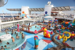 royal-caribbean-oasis-of-the-seas-h2o-kids-zone-swimming-pools-and-activity-area