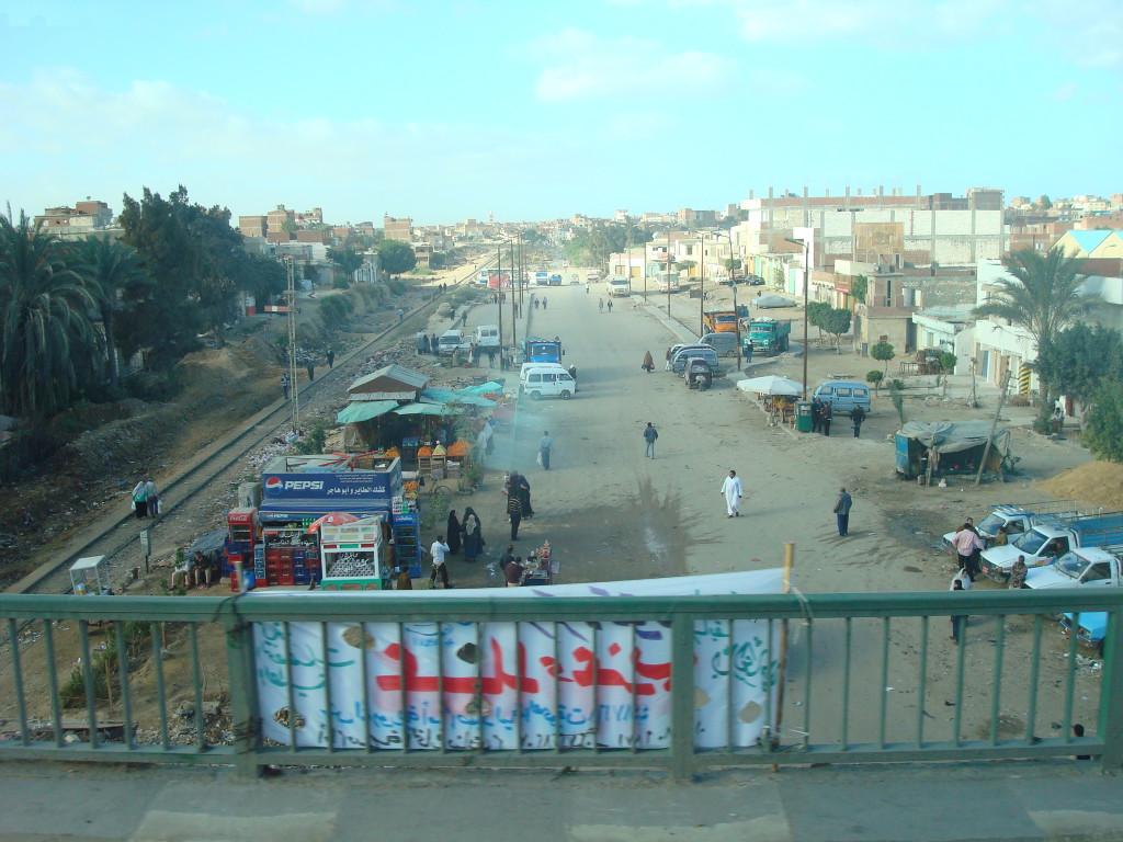 Aufnahme einer Straße in Alexandria auf der Fahrt nach Kairo