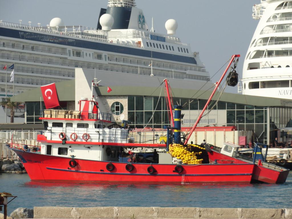Blick auf den Hafen von Kusadasi mit einem Kreuzfahrtschiff