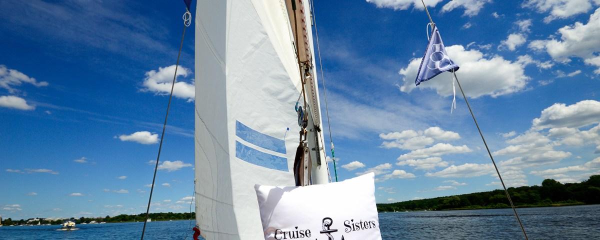 Ein Segelboot auf der Havel mit dem Cruisingpillow vom Kreuzfahrtblog der Cruise Sisters