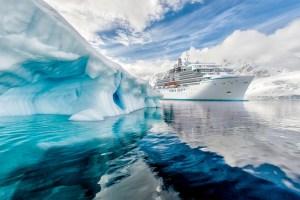 Expeditionskreuzfahrtschiff CRYSTAL ENDEAVOR - Typschiff der Endeavor-Klasse - in Polar-Region passiert einen Eisberg