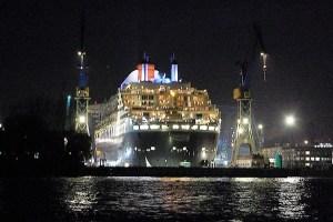 Queen Mary 2 im Dock bei Blohm & Voss