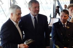 Senator Frank Horch - Pierfrancesco Vago und Capt. Mattia Manzi beim Erstanlauf der MSC Meraviglia in Hamburg
