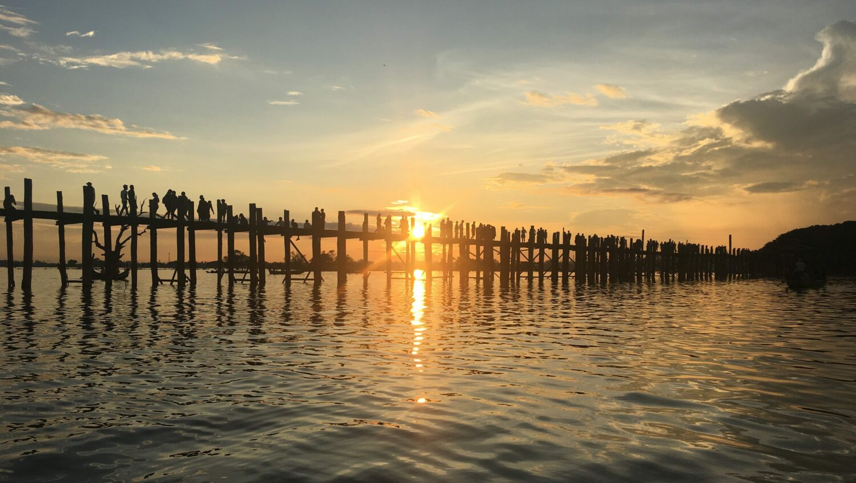 U-Bein broen byder på et ekstra smukt syn ved solnedgang