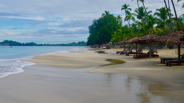 Opleb Ngapali stranden ved den Bengalske Bugt på din Myanmar rundrejse
