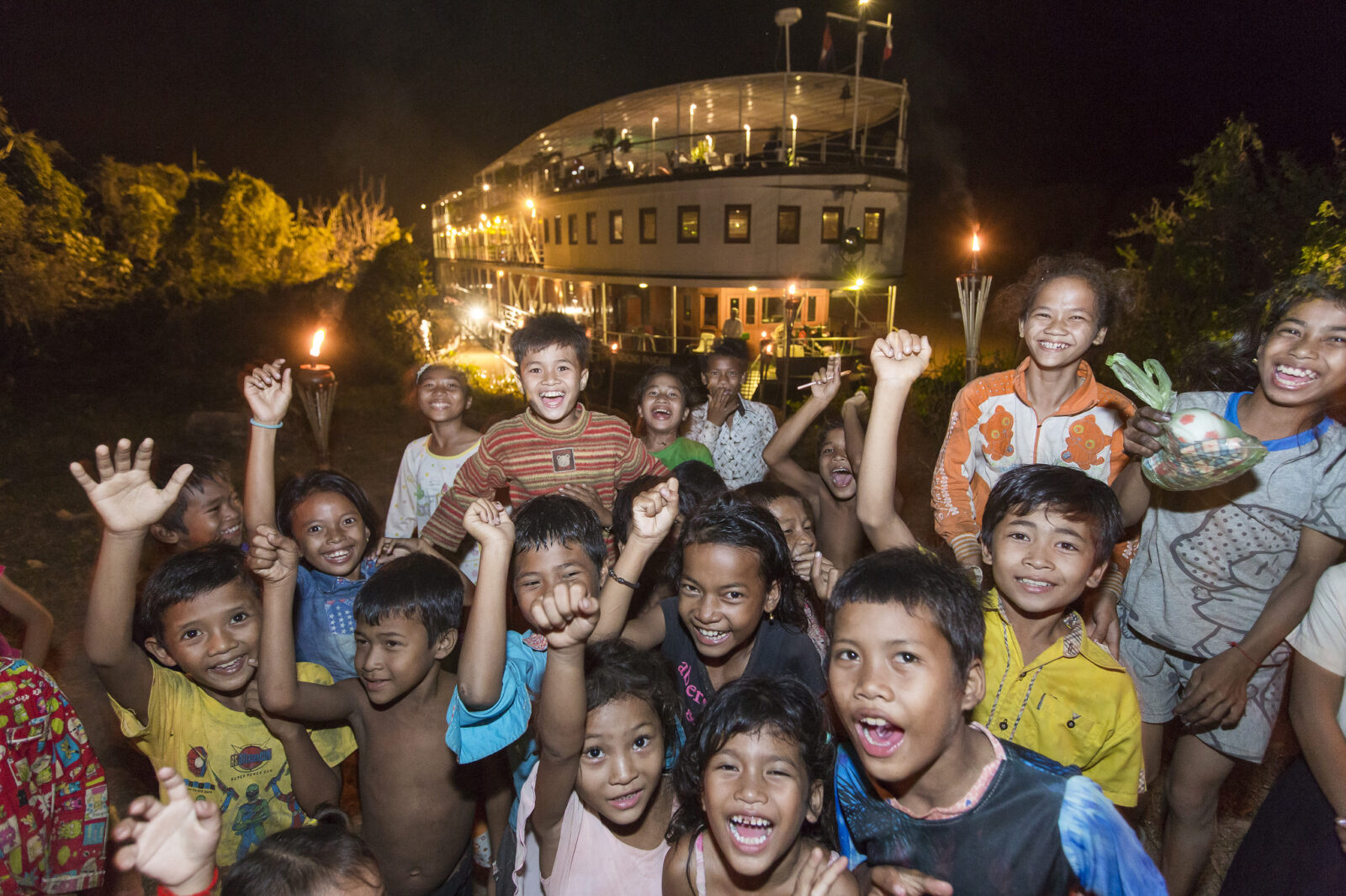 Glade og imødekommende unger på vores flod Cruises i Cambodia