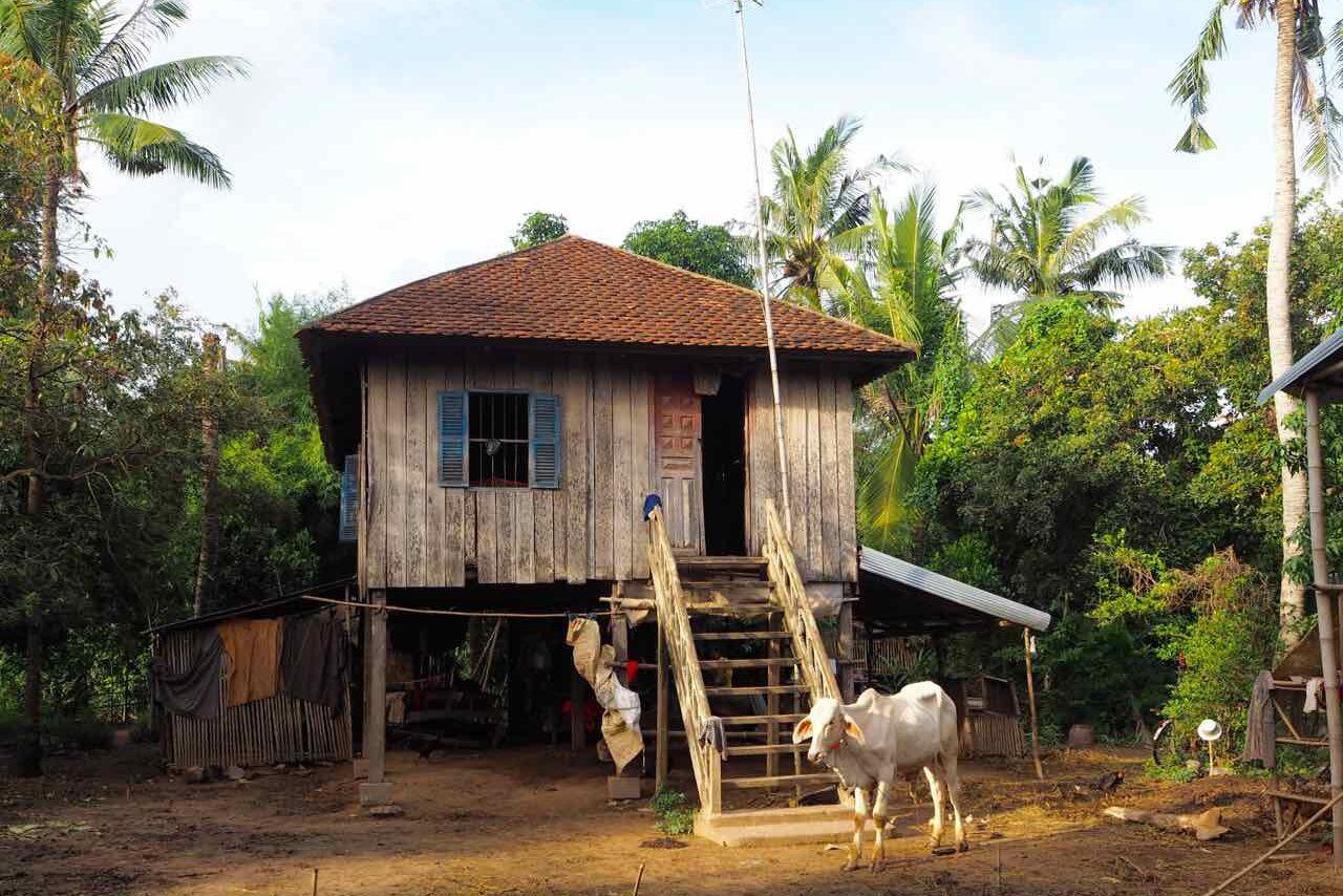 Besøg Angkor Ban hvor den lokale befolkning fortsat bor i traditionelle træhuse