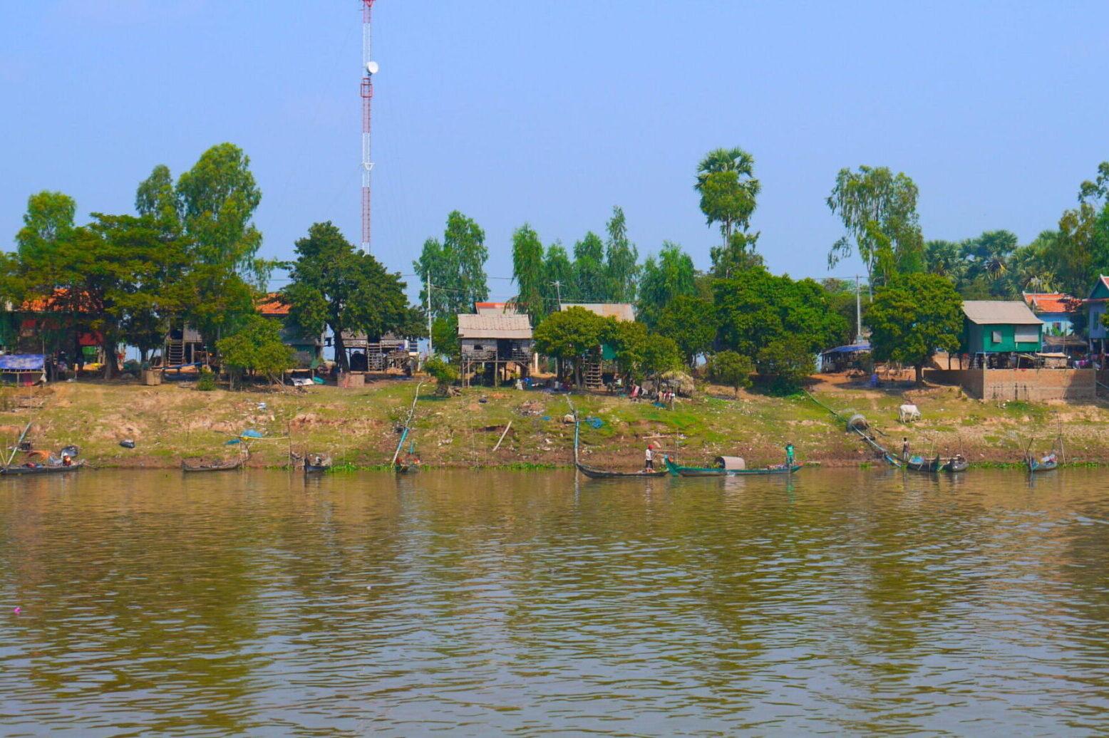 Bysamfund langs Mekong floden