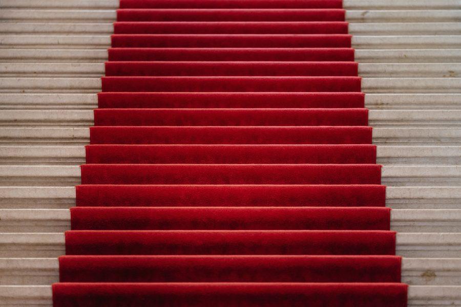 tapis rouge sur un escalier