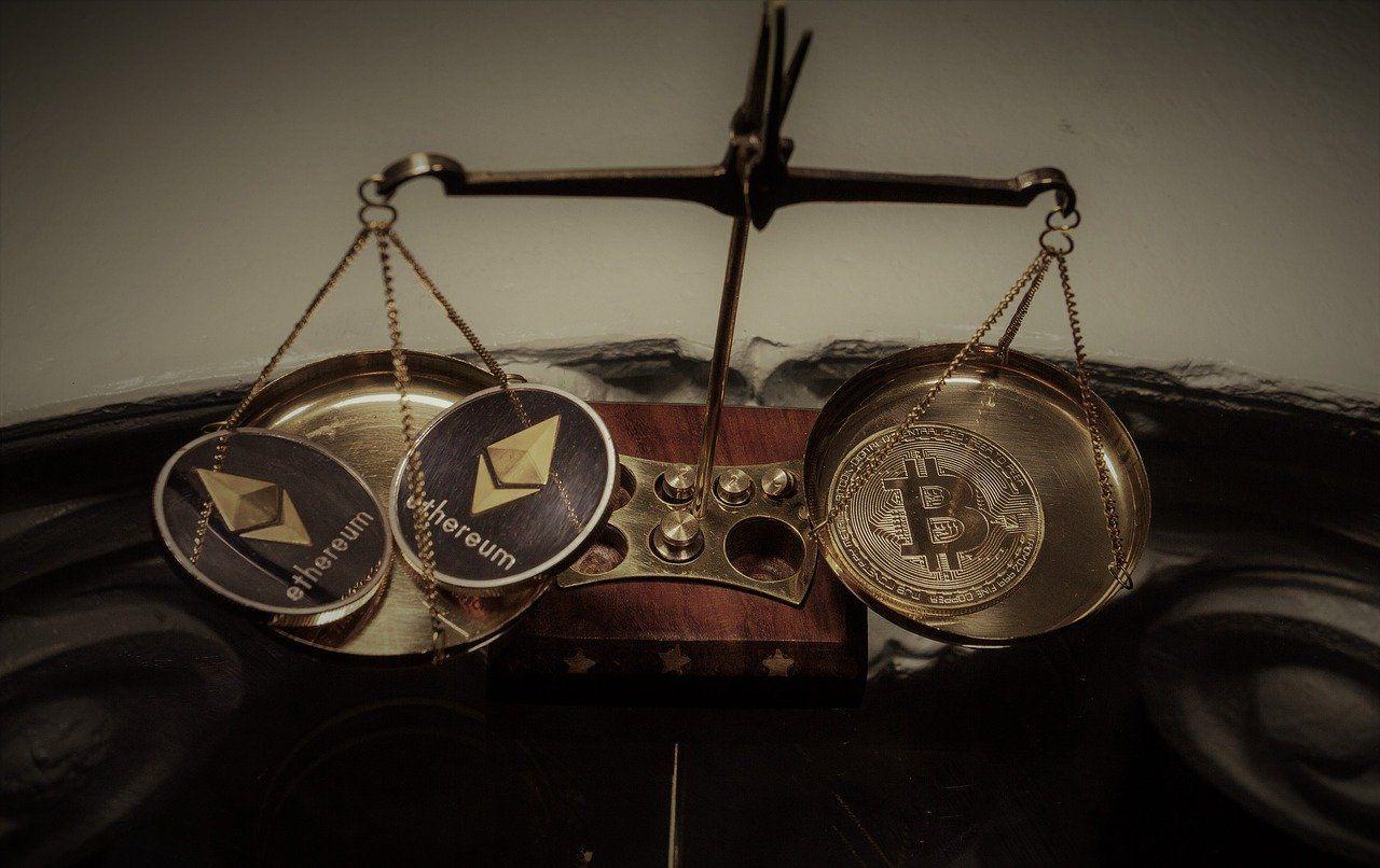Bitcoin Physische Ethereum und Bitcoinmünzen auf Waage