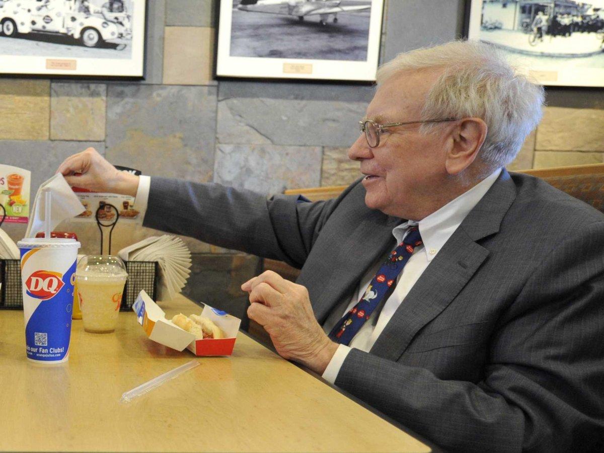 Kryptowährungen Warren Buffett beim Essen