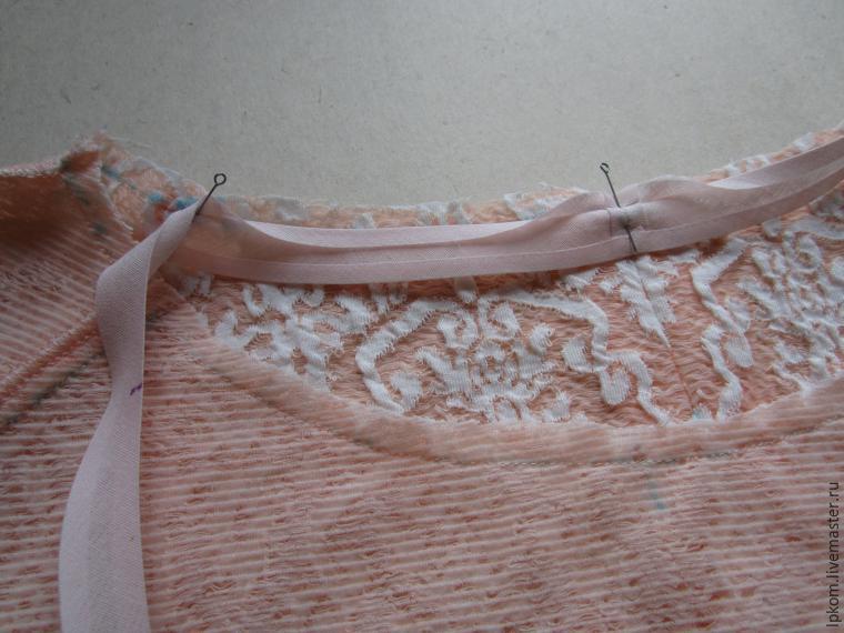 ऊतक का आयताकार कट लें। तस्वीर में दिखाए गए अनुसार पहली तिरछी रेखा को नामित करने के लिए तिरछे एक त्रिभुज के साथ इसे मोड़ो। इस लाइन के समानांतर में, उस कपड़े को तिरछी लाइनों की वांछित मात्रा के साथ चिह्नित करें, तिरछी खाड़ी के लिए चौड़ाई को पीछे छोड़ दें।