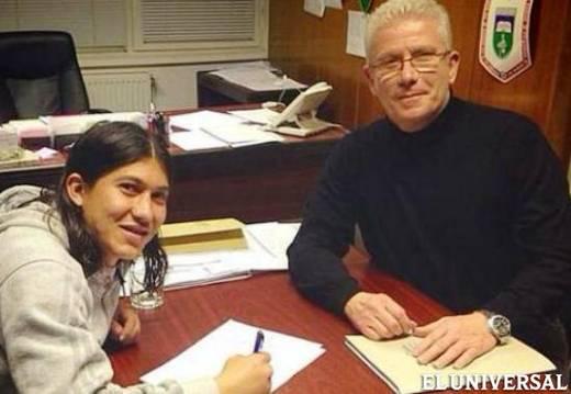 'Chiki' Meza firmando el contrato con su nuevo equipo (Cortesía)