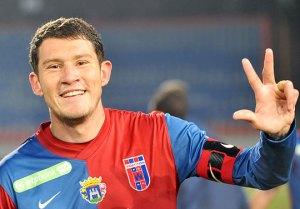 Alves már Vidi mezben mutatja, hányat fejelt anno a Kukásnak. (forrás: nso.hu).