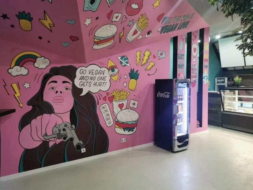 képregénymotívumok a falon, étterembelső, színes