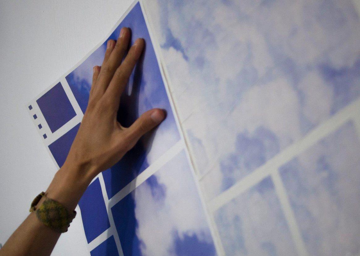 Une main dans les nuages