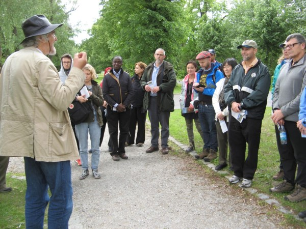 The workshop participants follow a nature experience trail in the Goor while guided by their host, Hannes Knapp.