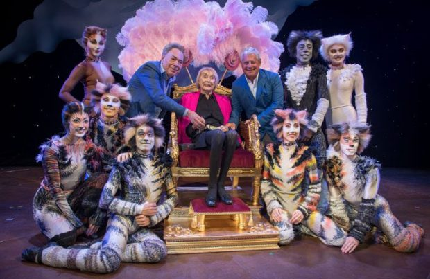 Lynne, Mackintosh, Lloyd Webber, Cast of Cats on stage