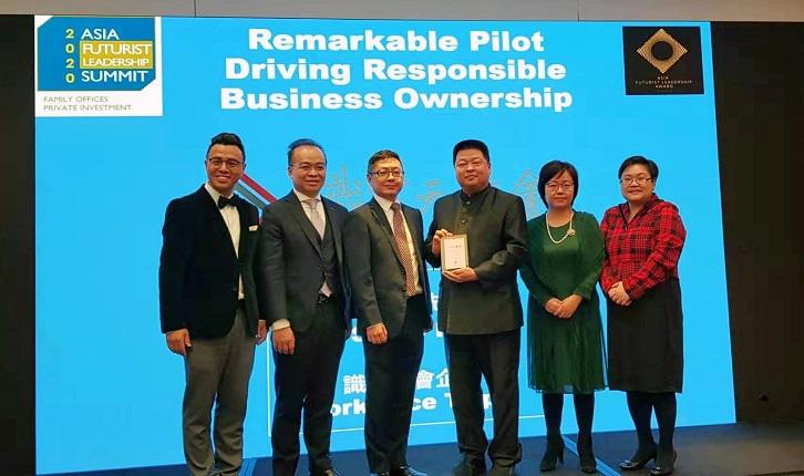 識富社會企業創始人黃冠華(圖中)於第四屆2020亞洲未來領袖獎中(Asia Futurist Leadership Award),榮獲兩項大獎項殊榮。圖/業者提供