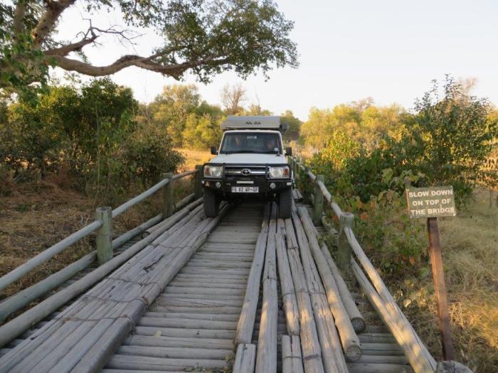 jeep rijdt over houten brug in Moremi NP