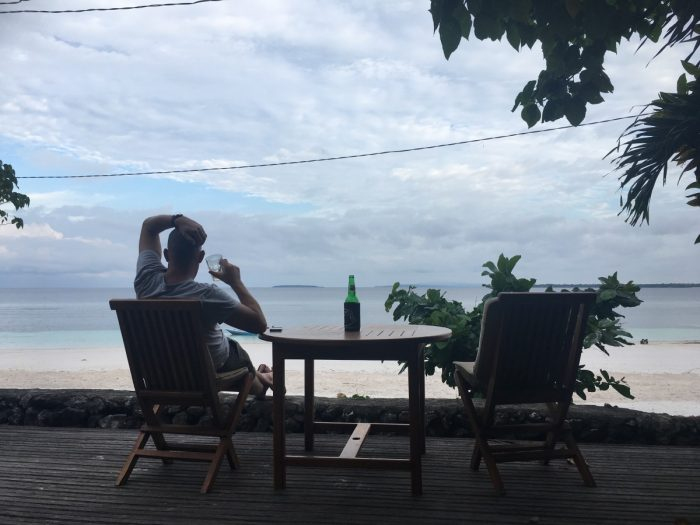 Eric drinkt biertje met uitzicht op zee