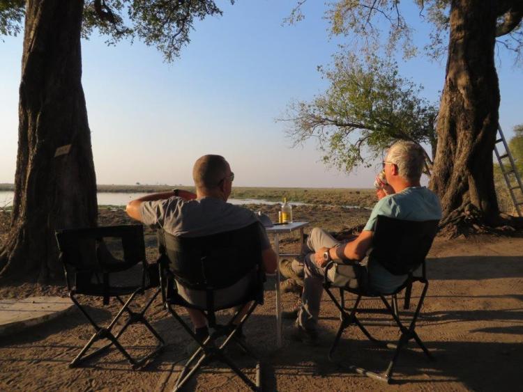 Eric en Kees genieten van het uitzicht op camping Liyanti