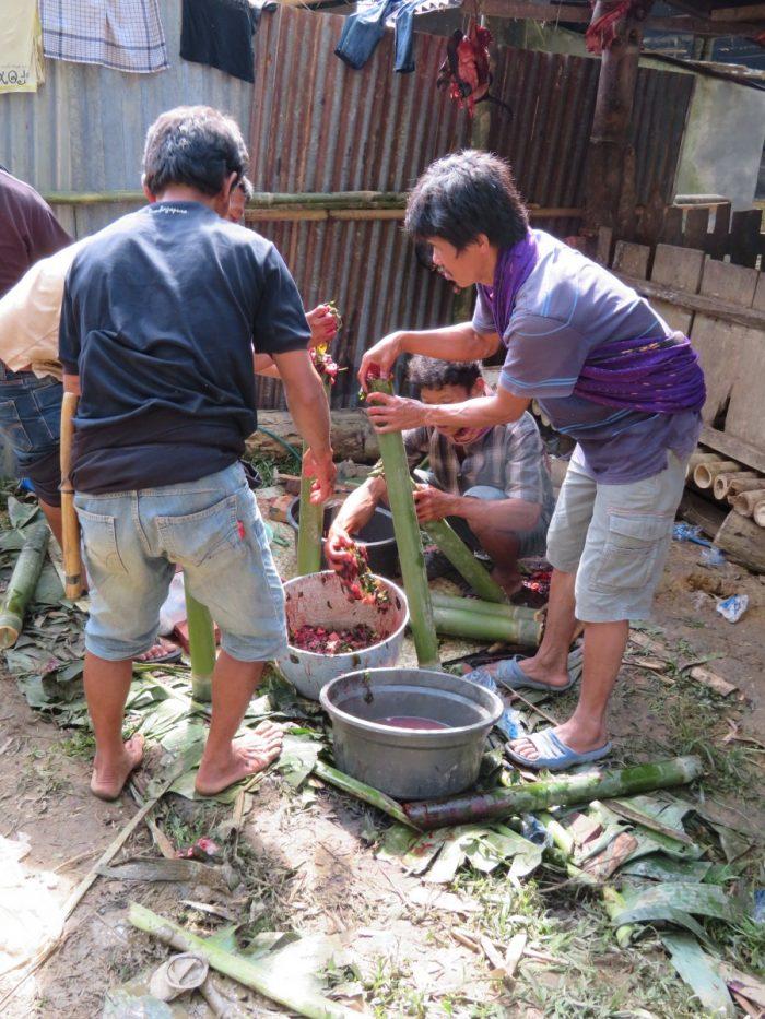 Vier mannen maken traditioneel gerecht