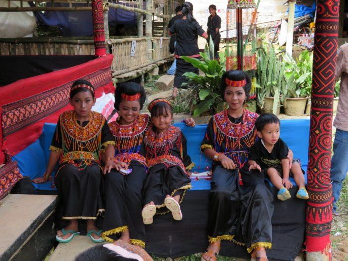 Vijf kinderen in traditionele kleding op Toraja begrafenis