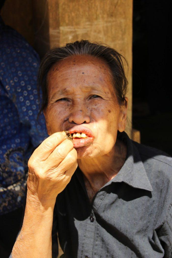vrouw eet betelnoot