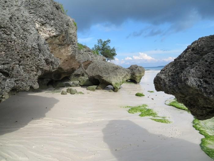 strand met rotsen en zee
