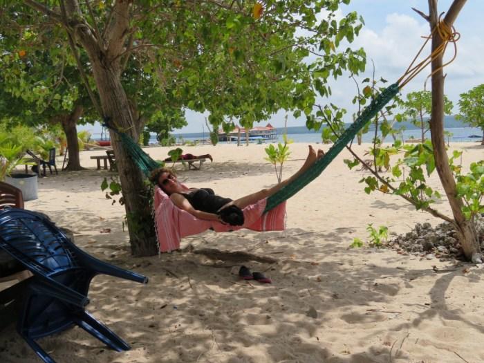 claudia ligt in hangmat onder boomen