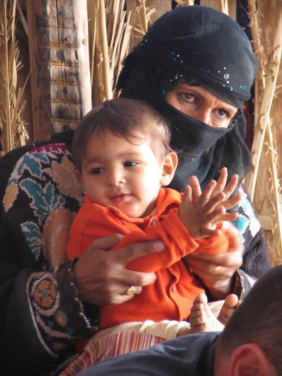 bedouïne met kind op schoot