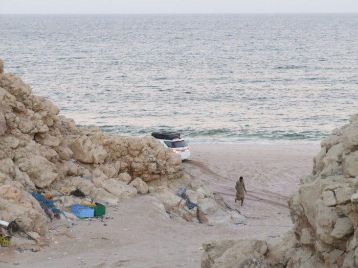 de auto staat vast op het strand