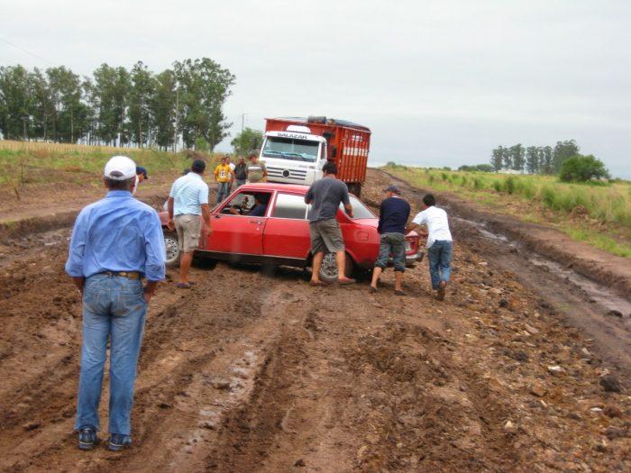 het verkeer zit muurvast in de modder