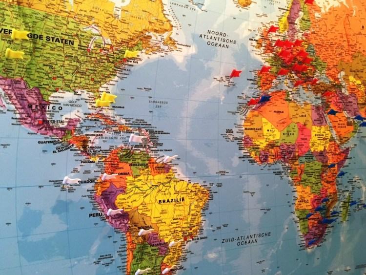 wereldkaart met vlaggetjes