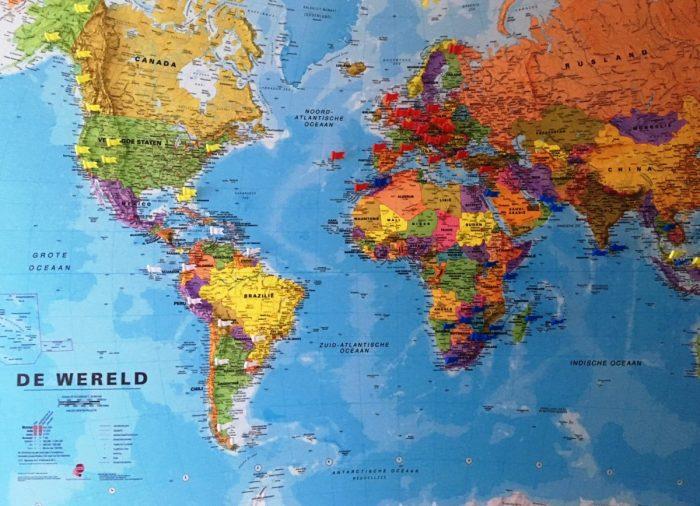 De wereldkaart in onze gang