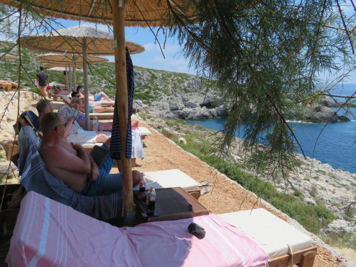 relaxen op strandbed