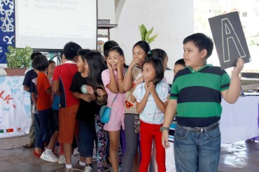 Kids from Margosatubig guessing the answer to the Coral Triangle quiz contest .