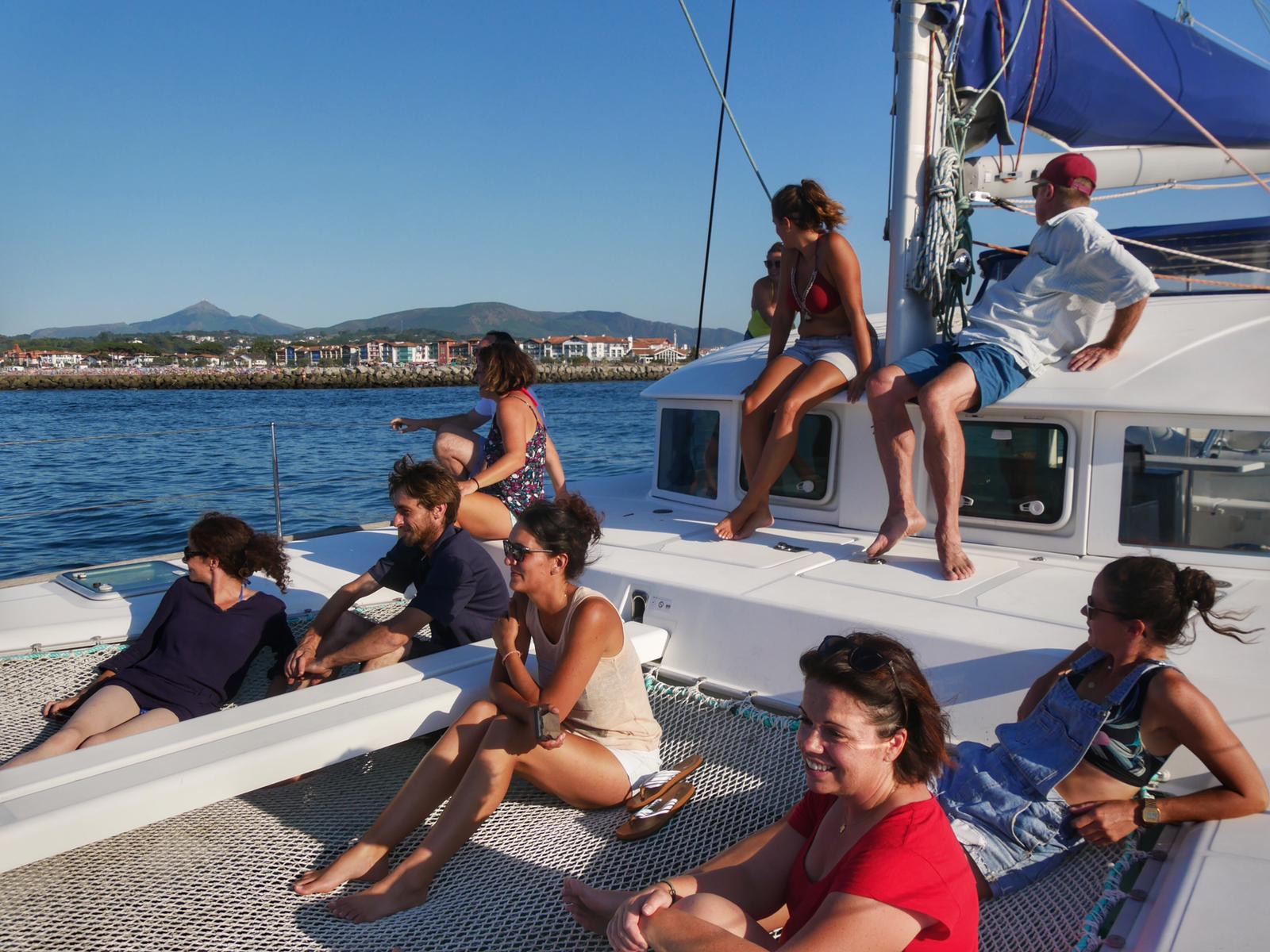 Photo du groupe d'amis, sur le pont du catamaran, au large d'Hendaye
