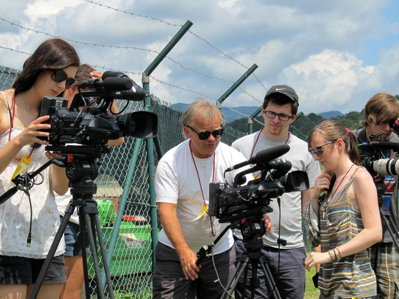 Studierende bei der Kameraarbeit