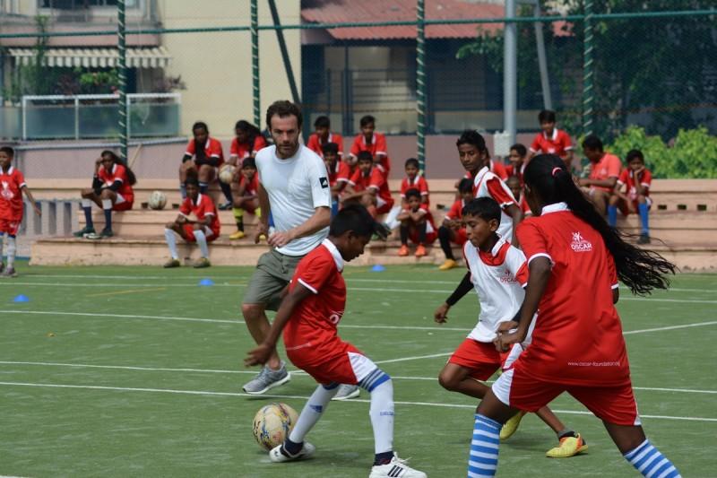 <p>Juan Mata juega un partido con un grupo de niños en un suburbio de Mumbai (India).</p>