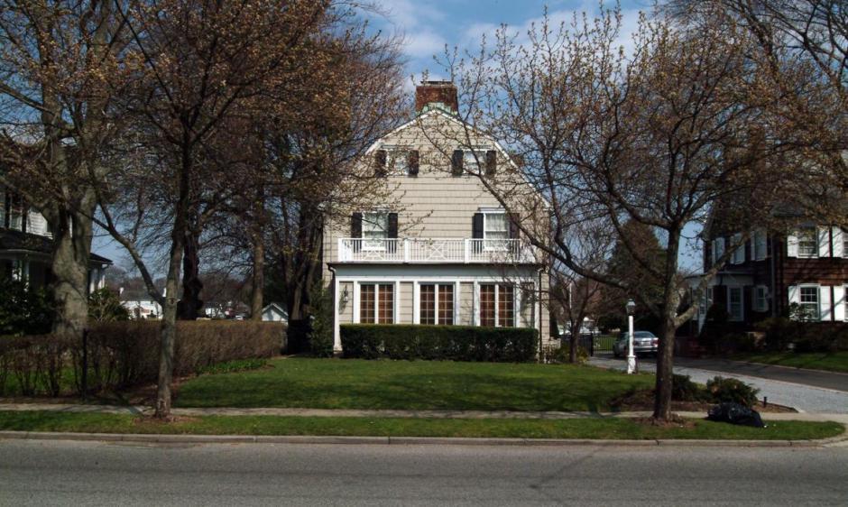 10-En-esta-casa-de-Long-Island-Ronald-deFoe-Jr-mató-a-seis-miembros-de-su-familia-y-aquí-se-rodaron-partes-de-Terror-en-Amityville