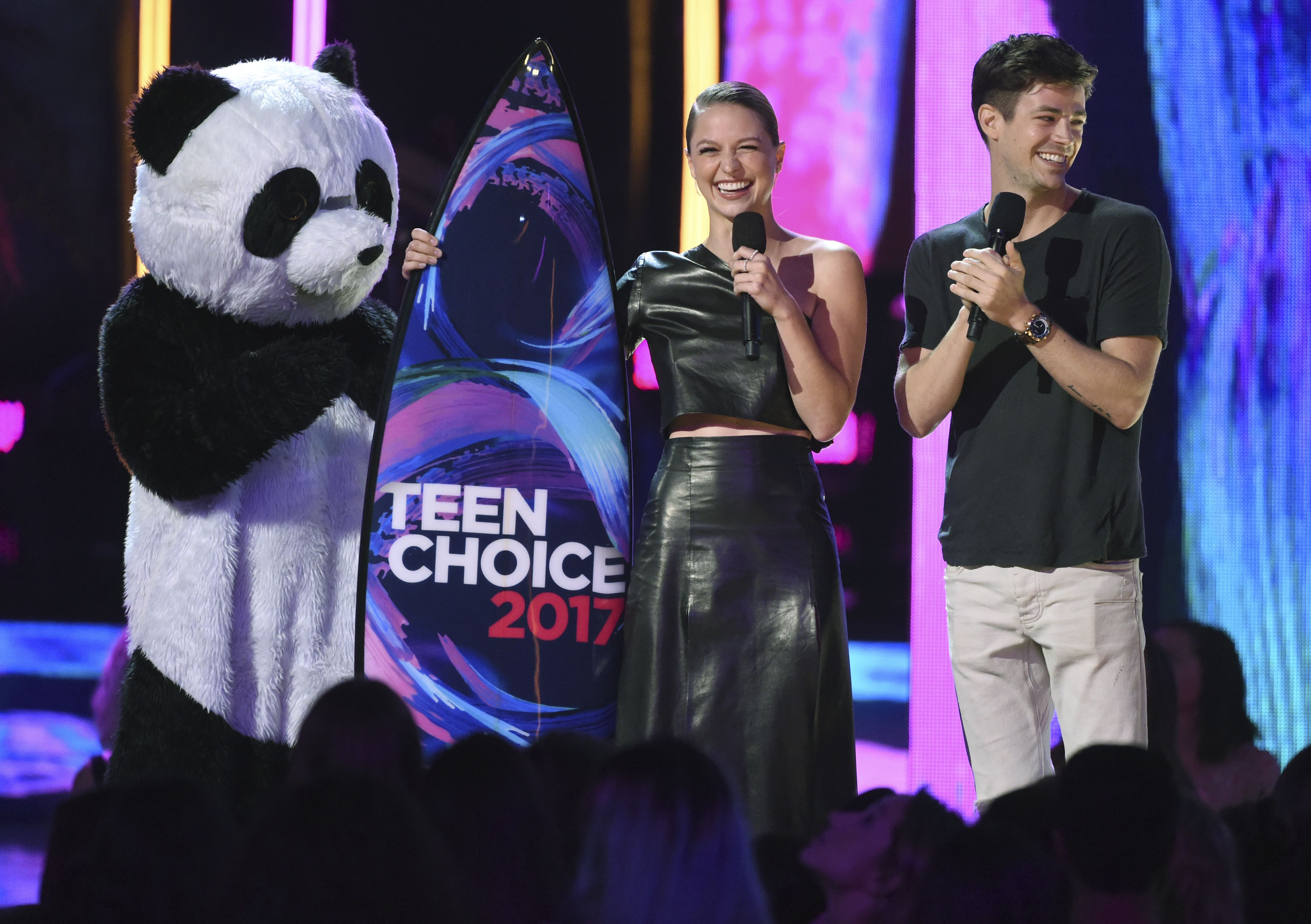 Melissa Benoist de SuperGirl y Grant Gustin de TheFlash los superhéroes favoritos en los TeenChoiceAwards2017.jpg
