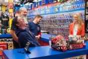 Bryan Johnson, Mike Zapcic, Walter Flanagan, Lindsay Wagner (The Bionic Woman) - Comic Book Men _ Season 6, Episode 5 – Photo Credit: Pawel Kaminski/AMC